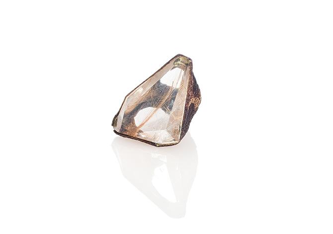 Ring von Sari Räthel aus Aubergine und Quarz