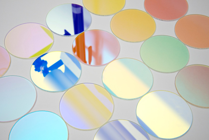 Jiro Kamata macht Ketten aus dichroitischen Spiegeln