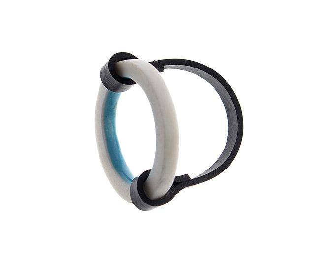 Porzellan-Ring und Gummi mit blauer Glasur, Anna Kiryakova