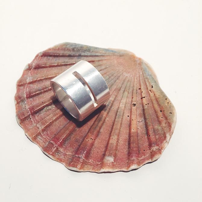 Silberring mit Schlitz auf Muschel