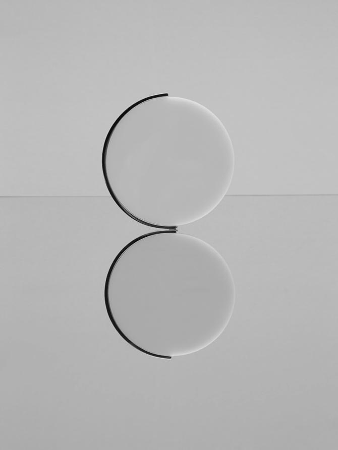Armreif von UNCOMMON MATTERS mit rundem weißem Kreis